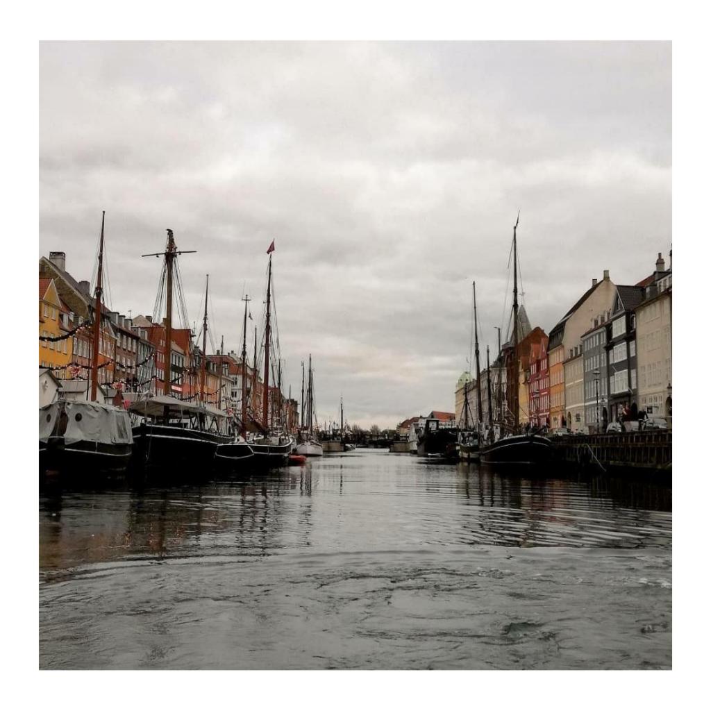 Canale di Nyhavn con case colorate e antiche barche a vela ormeggiate.